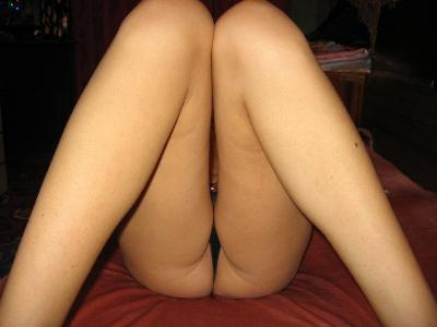 Amateur girlfriend posing naked at home