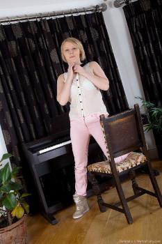 Danniella_PianoFun_superhr